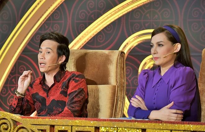 """Phi Nhung lên tiếng khi liên tục bị Hoài Linh """"chỉnh"""" trên ghế nóng"""