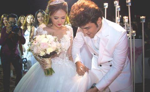 Diễn viên Phương Hằng được chồng nâng váy trong tiệc cưới