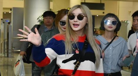 EXID thân thiện vẫy tay chào hàng trăm fan Việt khi vừa xuống sân bay