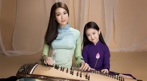"""Hoa hậu Mỹ Linh và """"tiểu mỹ nhân"""" Bảo Ngọc quảng bá đờn ca tài tử"""