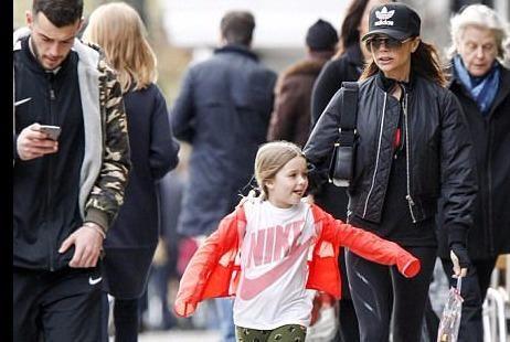 Victoria Beckham mặc trẻ trung, dạo phố cùng con gái