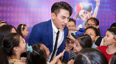 Giám khảo Vietnam Idol Kids hốt hoảng khi bị thí sinh bao vây