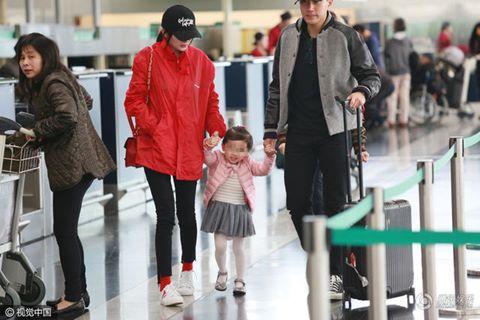 Lưu Khải Uy và con gái bịn rịn tiễn Dương Mịch ở sân bay
