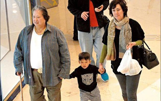 Hồng Kim Bảo chống gậy đưa vợ đi mua sắm