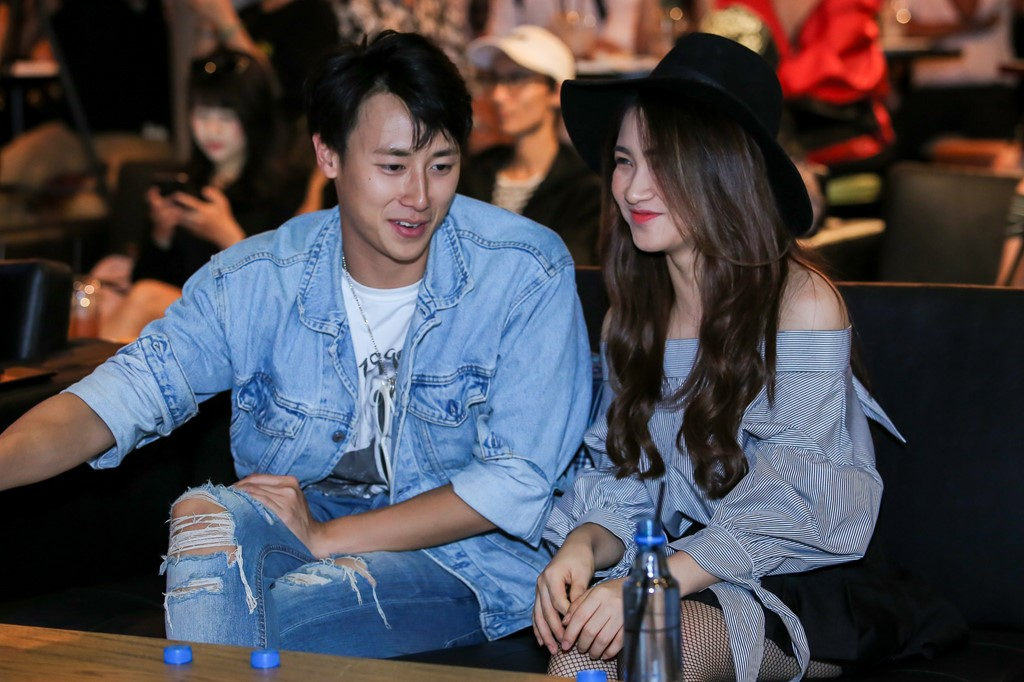 Rocker Nguyễn thân mật Hòa Minzy tại sự kiện