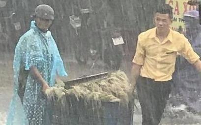 """""""Soái ca áo vàng"""" cứu người chở rau giữa trời mưa lớn"""