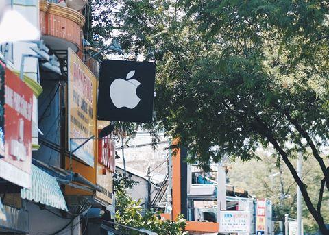 Logo Apple, iPhone tràn ngập phố di động Sài Gòn