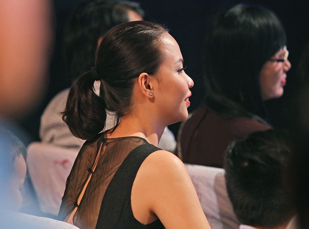 Vợ kém 44 tuổi say sưa nghe Đức Huy đàn hát