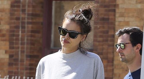 Siêu mẫu Irina Shayk xuống phố sau một tuần sinh con