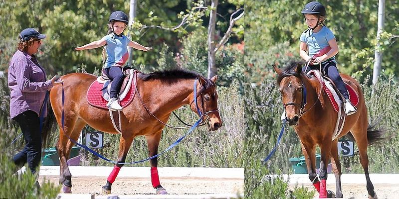 """Harper cười ngọt ngào, thích thú trổ tài cưỡi ngựa """"siêu đẳng"""""""