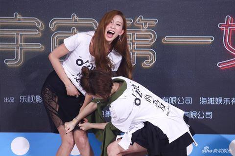 MC Tiểu S bị chỉ trích vì tụt váy Lâm Chí Linh trên truyền hình