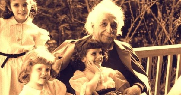 Einstein tiết lộ năng lượng hàn gắn thế giới trong thư gửi con gái