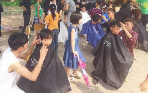 Nhóm bạn trẻ cắt tóc miễn phí cho sinh viên, xe ôm trên vỉa hè Hà Nội