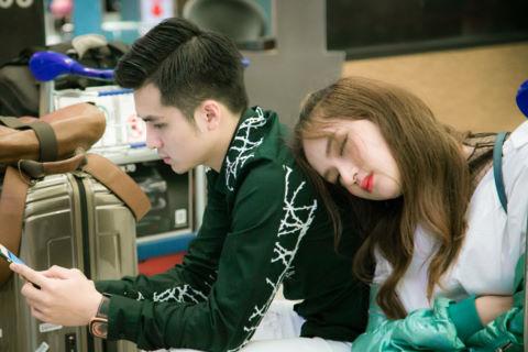 Hương Giang Idol ngủ gục trên vai bạn trai Dương Hoàng Yến ở sân bay