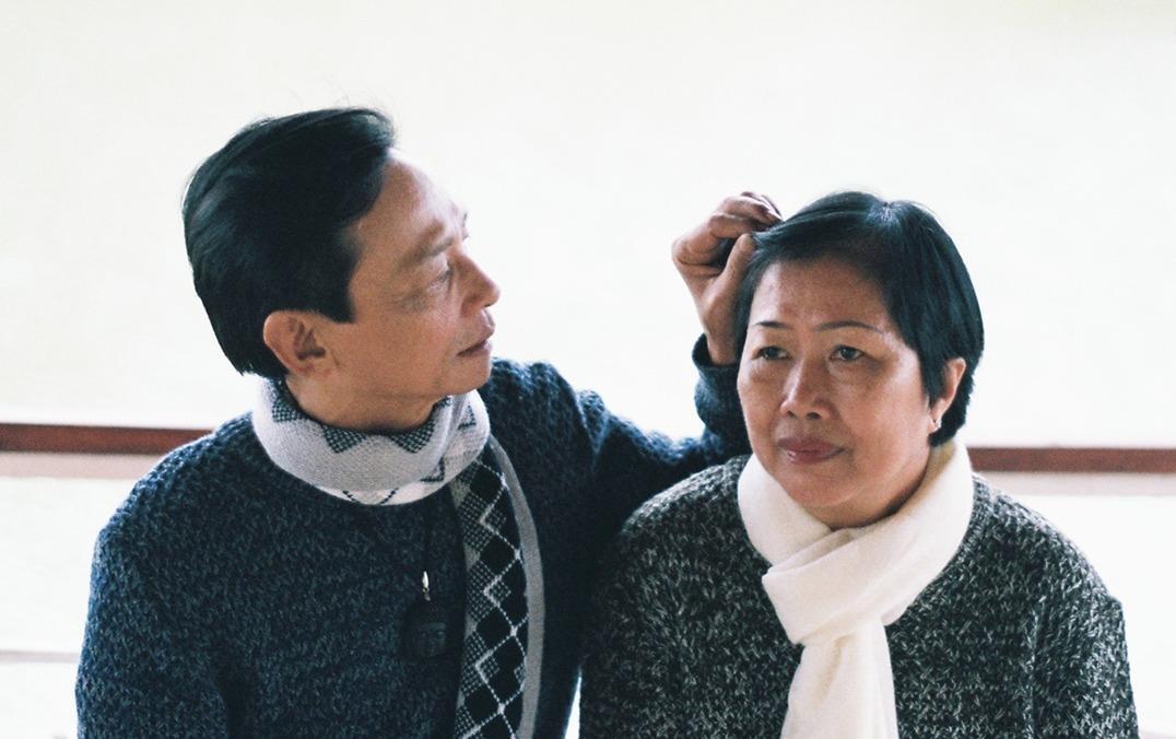 Con trai chụp ảnh tặng cha mẹ nhân 25 năm ngày cưới