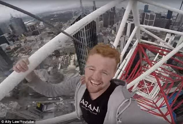 3 chàng trai liều mạng check-in trên đỉnh tòa nhà 63 tầng