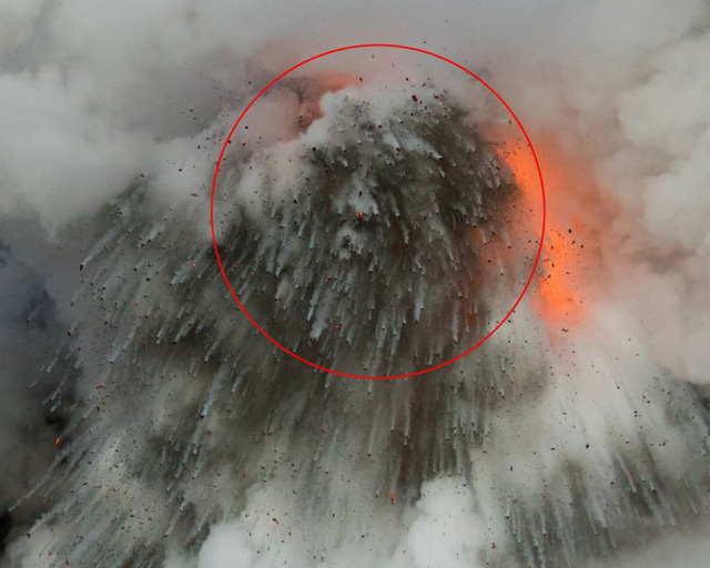 Kỳ quái quầng khói mang khuôn mặt Thần Lửa xuất hiện trên nền trời