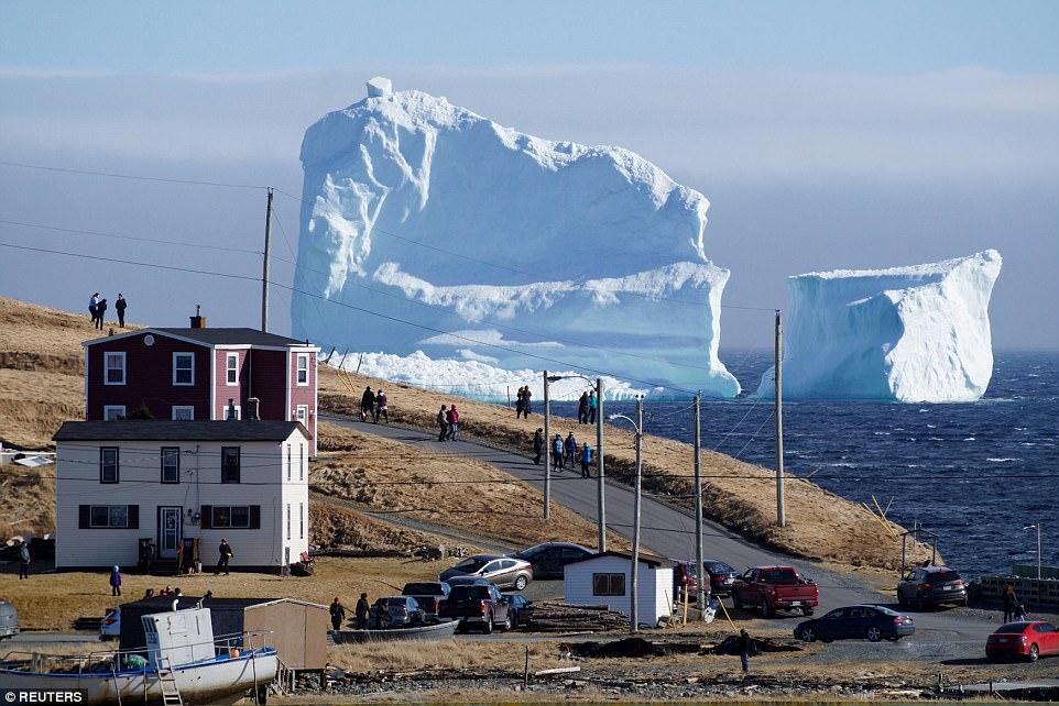 """Mở cửa nhà, giật mình thấy núi băng """"mọc"""" sừng sững trước mặt"""