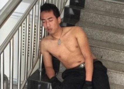 Nam cảnh sát kiệt sức, ngủ quên ở cầu thang sau khi cứu người