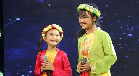 """Quang Linh """"rụng rời tay chân"""" khi nghe hai thí sinh nhí hát"""
