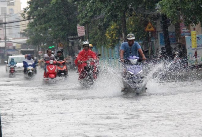 Đường phố Sài Gòn ngập nặng sau cơn mưa lớn giữa trưa