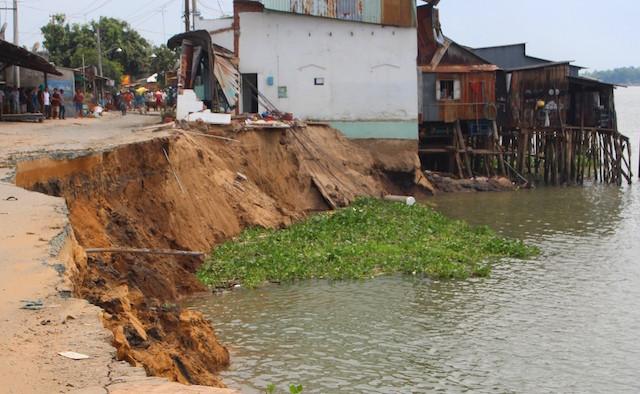 Hố xoáy sâu 42 m có thể nuốt tiếp hàng chục nhà ven sông Vàm Nao