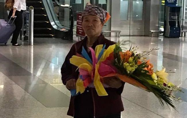 Người mẹ nghèo mua hoa chờ tặng con tại sân bay gây xúc động