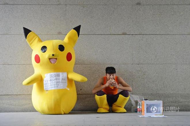 Mẫu nam 9X giả Pikachu ở ga tàu kiếm tiền chữa bệnh cho con