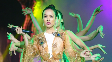 Hà Hồ, Đông Nhi quyến rũ trên sân khấu