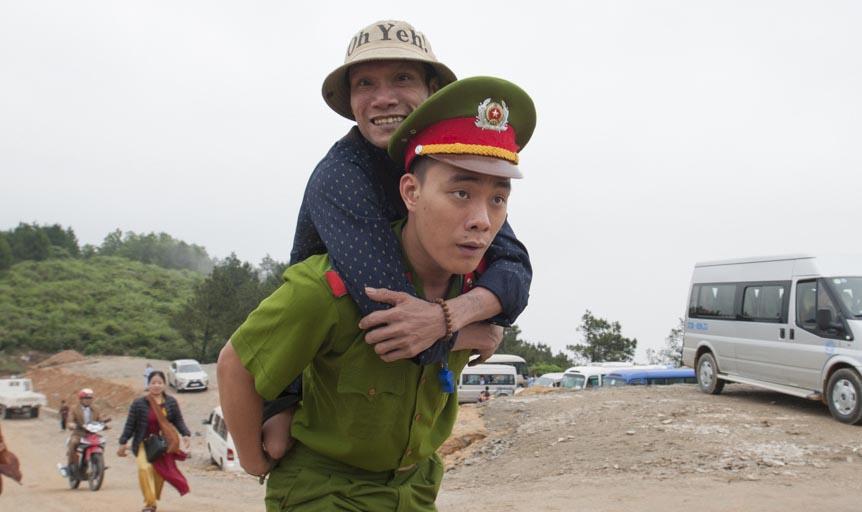 Chiến sỹ cảnh sát cõng người cụt 2 chân lên đỉnh núi vãn cảnh chùa