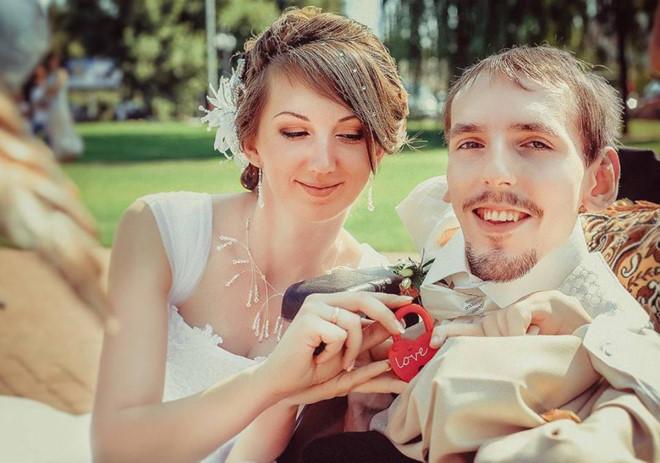 Cô gái vượt 3.000 km cưới chàng trai teo cơ, quen qua mạng