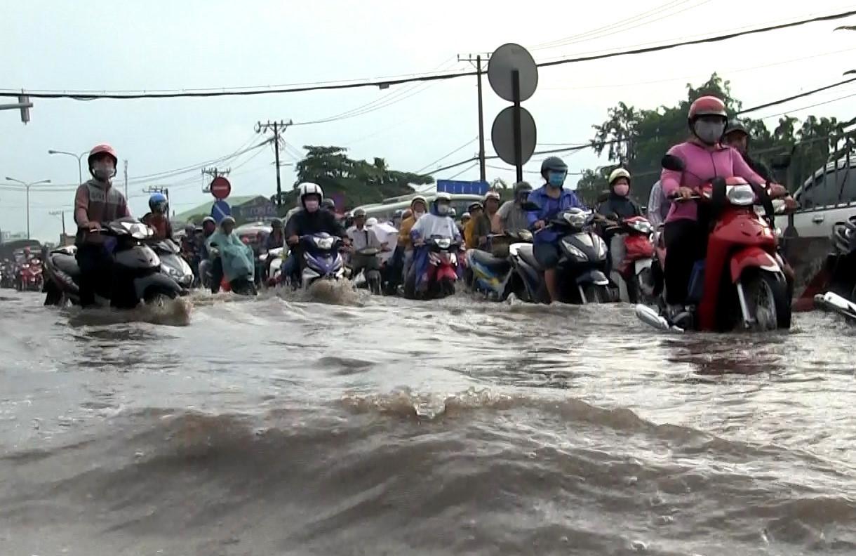 """Hàng vạn người """"ná thở"""" rời Sài Gòn trong cảnh ngập nước, kẹt xe"""