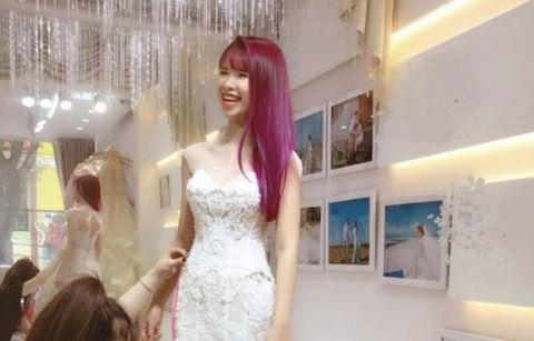 Khởi My được Kelvin Khánh đưa đi thử váy cưới