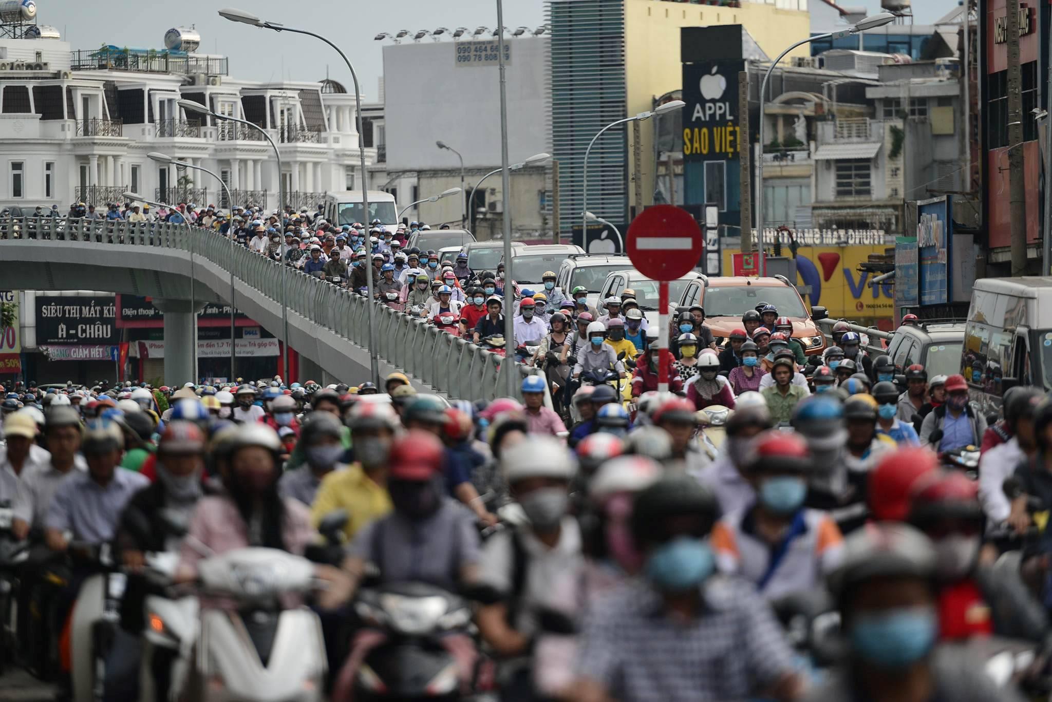Người dân đổ về Sài Gòn sau lễ lúc rạng sáng, đường phố kẹt cứng