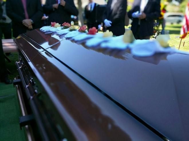 Nhiều bạn trẻ Anh ủng hộ việc livestream tại đám tang