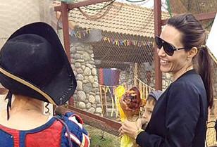 Mặc Brad Pitt tiều tuỵ, Angelina Jolie vẫn vui vẻ đi chơi cùng các con