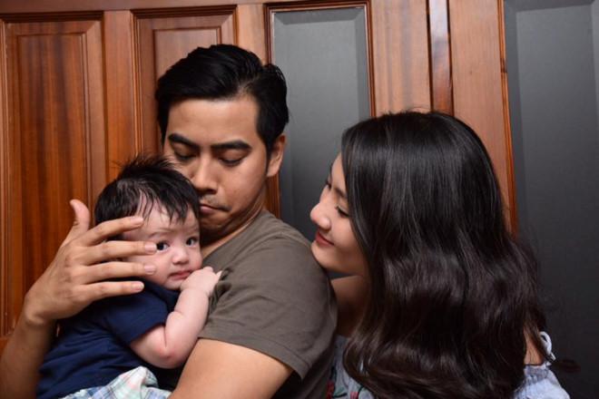 Ngọc Lan ẵm con trai mới sinh tới trường quay mừng sinh nhật chồng