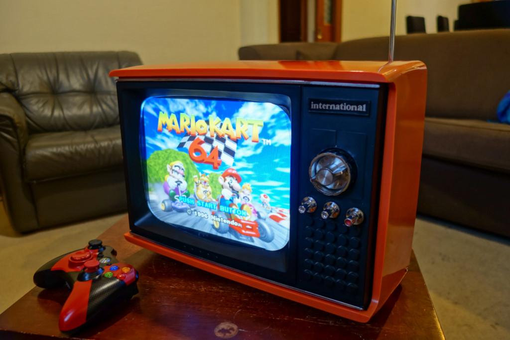 Máy chơi game tuyệt đẹp làm từ TV cũ vứt đi