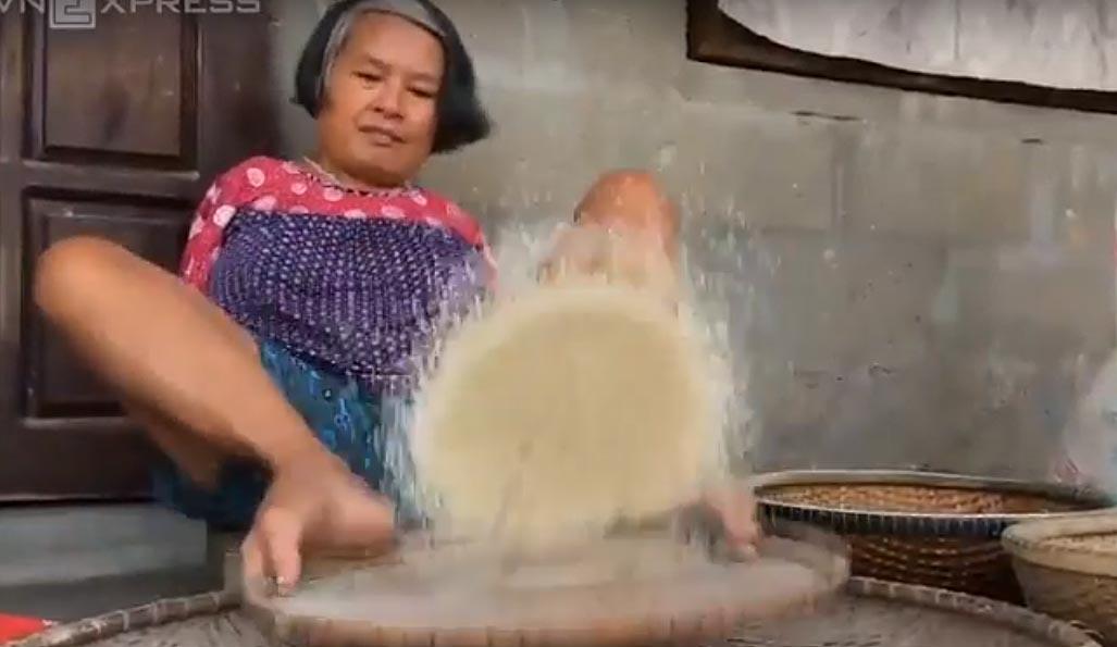 Người phụ nữ không tay sàng gạo, xâu kim bằng chân