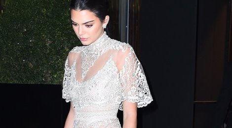 Sao Hollywood diện váy xuyên thấu mà không phản cảm như thế nào?