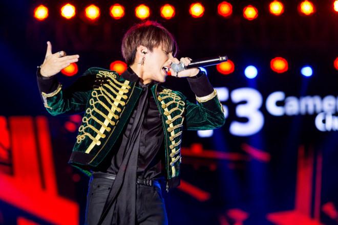 Sơn Tùng mời fan ruột lên sân khấu cùng song ca