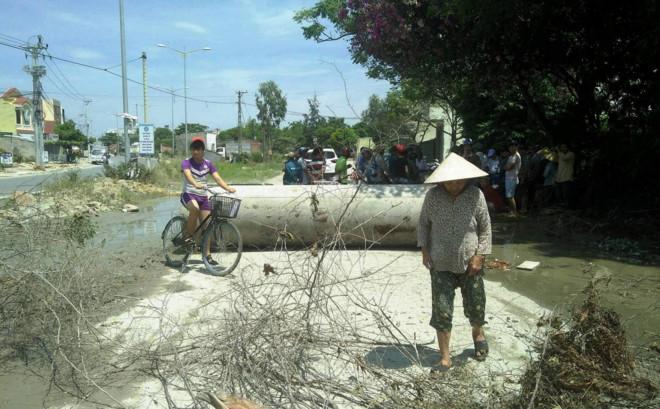 Người dân dùng ống cống làm hàng rào chặn đường xe tải