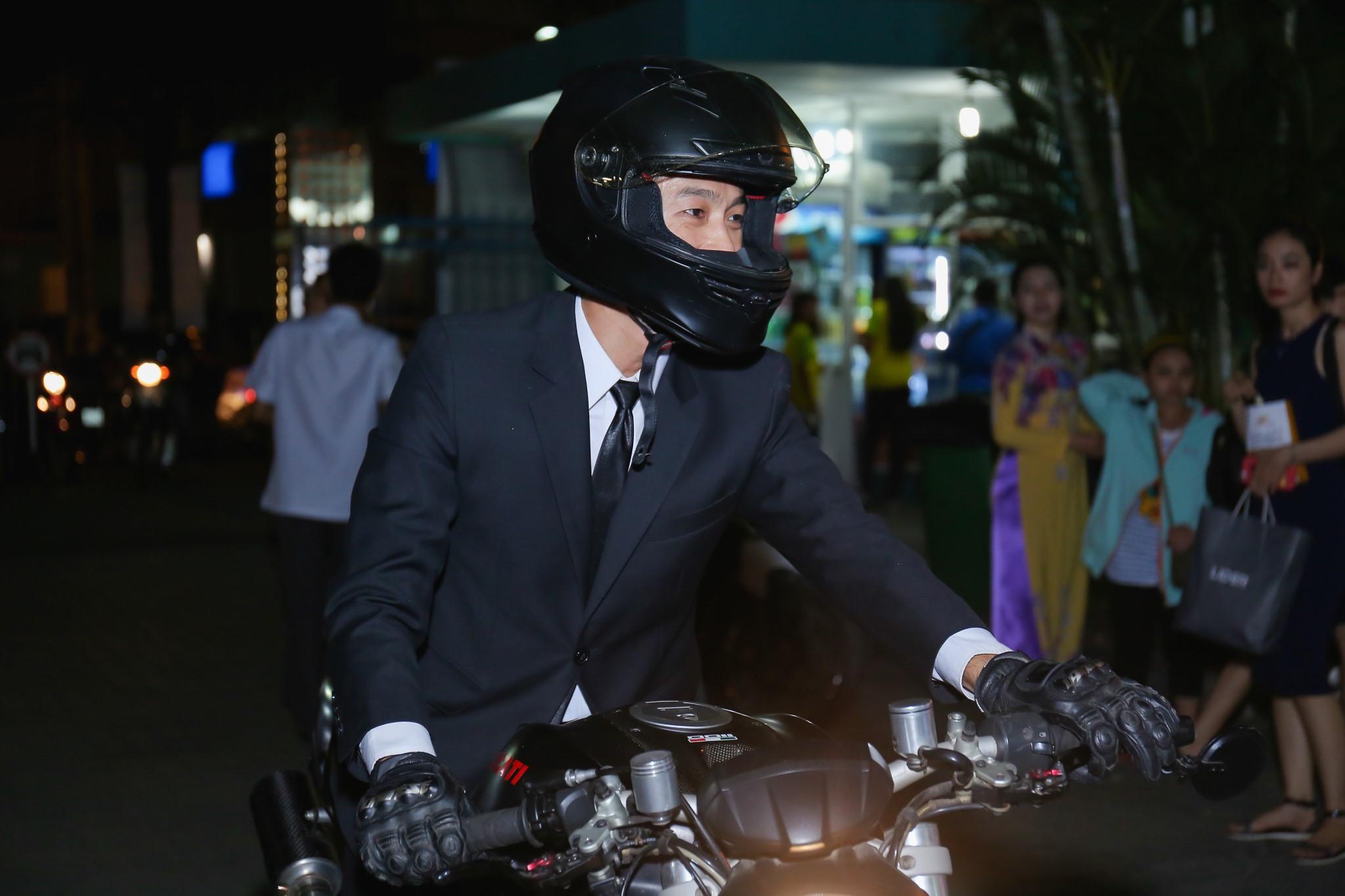 Sau tai nạn, Johnny Trí Nguyễn lái xe phân khối lớn đi ra mắt phim