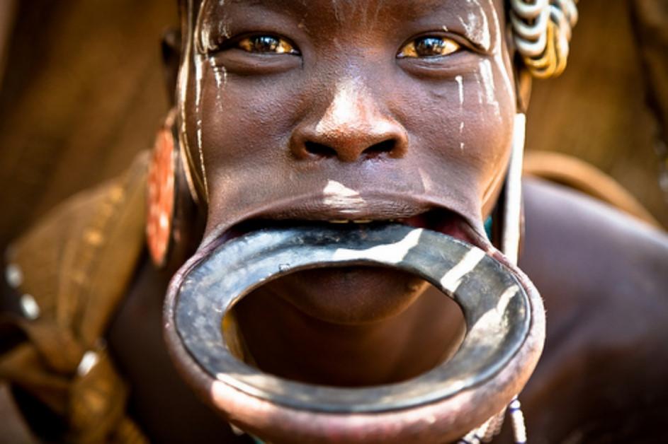 Truyền thống kỳ lạ của các bộ tộc thổ dân châu Phi