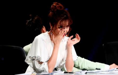 Bích Phương rơi nước mắt khi nghe cô bé khiếm thị hát trên sân khấu