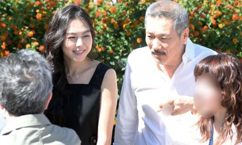 """Cặp sao """"chú, cháu"""" Hàn Quốc tình tứ khi xuất hiện ở Cannes"""