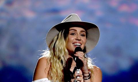 Miley Cyrus bật khóc khi biểu diễn tại lễ trao giải Billboard 2017