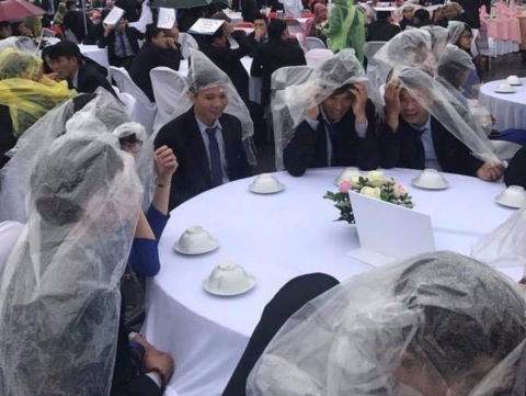 Quan khách mặc áo mưa dự tiệc cưới ở Hưng Yên