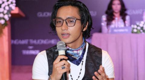MC The Face bị chỉ trích khi ngồi lên bàn ở họp báo