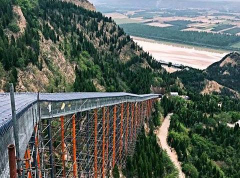 Thử cảm giác mạnh với cầu trượt đáy kính dài 500 m